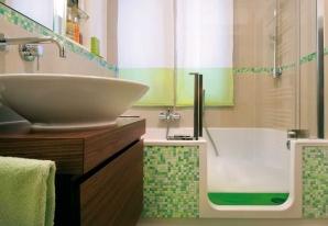 In der Wanne mit der Tür kann die ganze Familie bequem duschen und baden.