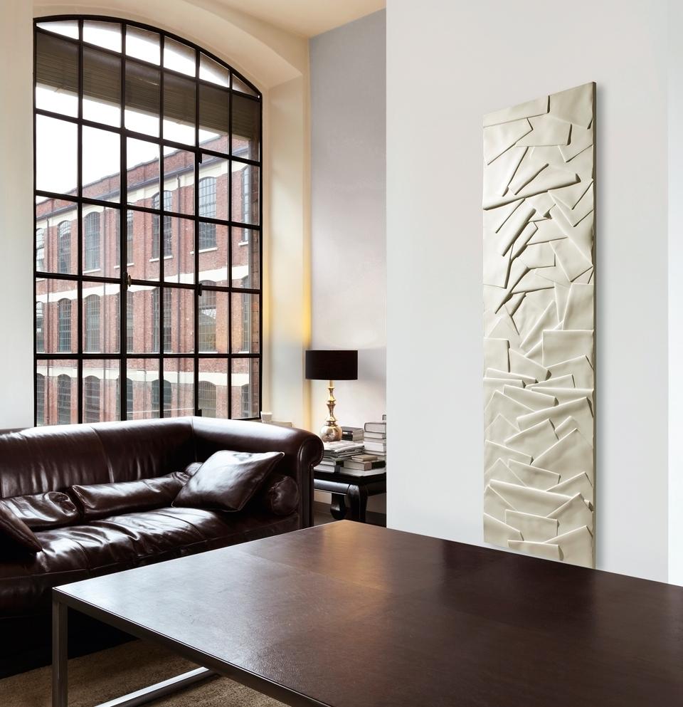 Heizskulptur: Zugleich Heizkörper und Skulptur spielt der BEMM Olycal Edo mit künstlerisch geformten Überlagerungen von Licht und Schatten.