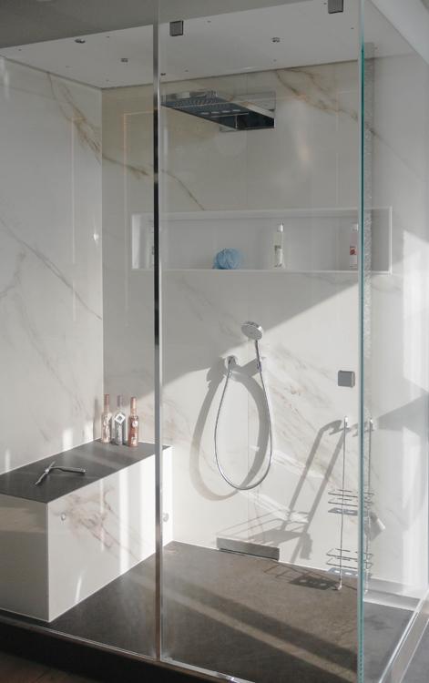 """Hier ersetzt die Dusche mit  Sitzgelegenheit die Badewanne. In dieser Dampfdusche von baYou erhält der Begriff """"Sitzbad"""" dank Bank eine neue Bedeutung."""