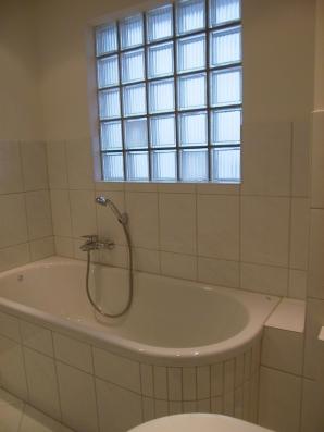 Dem Stiel der 50ziger Jahre entsprechend, ein neues einfaches Badezimmer.