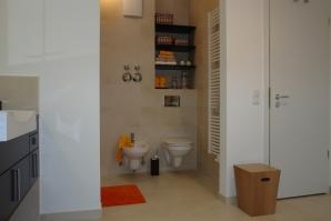 Holzfachböden und Holzaccessoires zusammen mit den bunten Kisten machen den Raum lebendig.