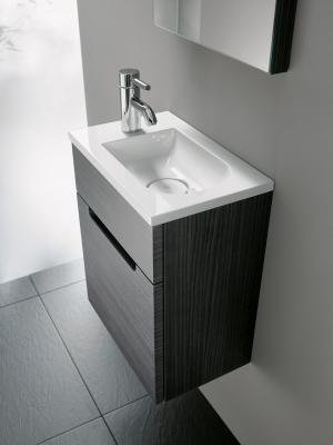 Die Solitär-Serie burgbad Chiaro überzeugt durch ein zeitloses Design und einen  interessanten Materialmix. Die parallel zur Wand angebrachte Armatur verhindert Wasserspritzer.