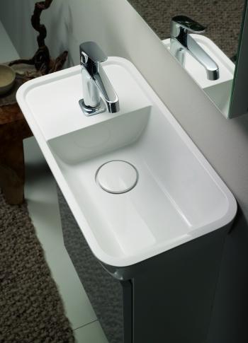Die Serie bel von Burgbad findet dank des kompakten Designs und der seitlich anzubringende Armatur in jedem Gäste-WC Platz.