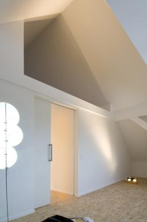 Eine breite Schiebetür vebindet zwei Räume.