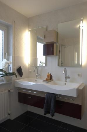 Bei wenig Platz kann mit Handtuchrelings an den Becken Platz gespart werden.