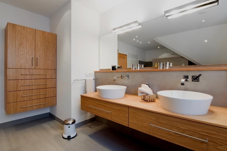In den geräumigen Schubladen ist Platz für Kosmetik und alle Utensilien, die im Bad untergebracht werden sollen.