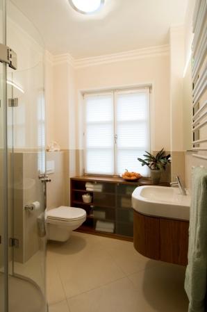 Aprikotfarbene Wände, kleiner farblicher Akzent zur Decke hin und die großformatigen, beigen Fliesen sorgen für ein Wohlfühlklima.