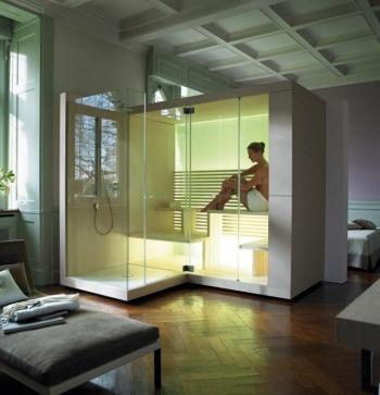 Ausreichend Platz für zwei Personen bietet die die Sauna Inipi von Duravit. Hier in der Ausführung Inipi Ama mit einer zusätzlichen Dusche direkt neben der Sauna.