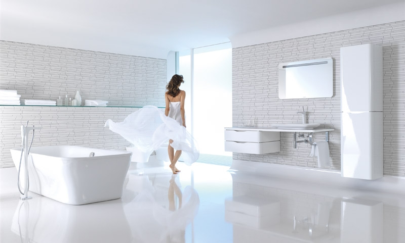 Frau in weissem Puravida-Badezimmer von Duravit