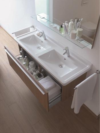 Die warmen Holztöne unterstreichen den wohnlichen Charakter des Bades.