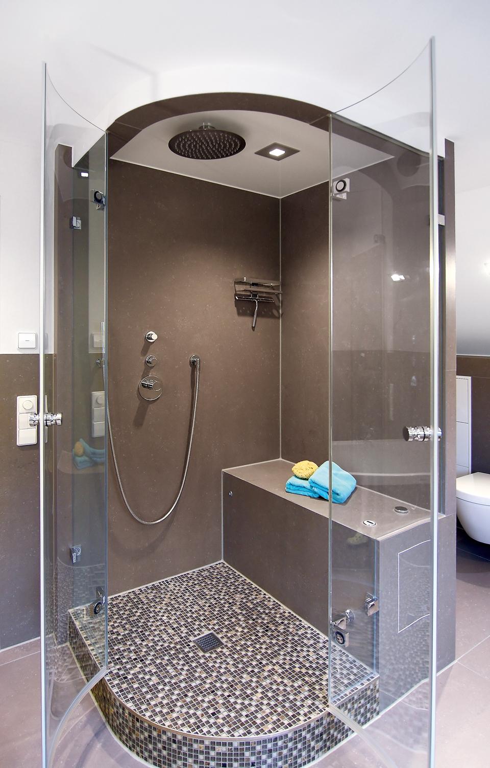 Individuelle Gestaltung: Die Dampfdusche von baYou wurde ganz nach den Wünschen des Kunden mit Mosaikfliesen und einem platzsparenden Übereck-Einstieg gestaltet.