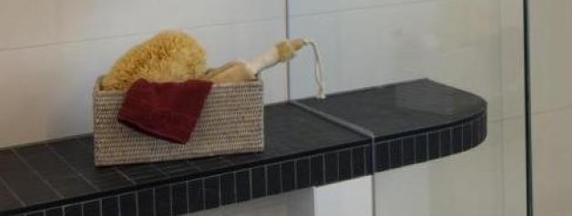 Duschbad mit durchgezogener Sitzbank