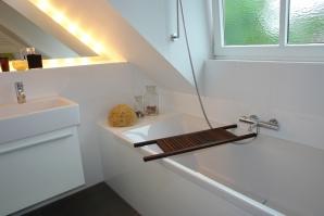 Keramische Tapete macht das Duschen in der Mansarde möglich.