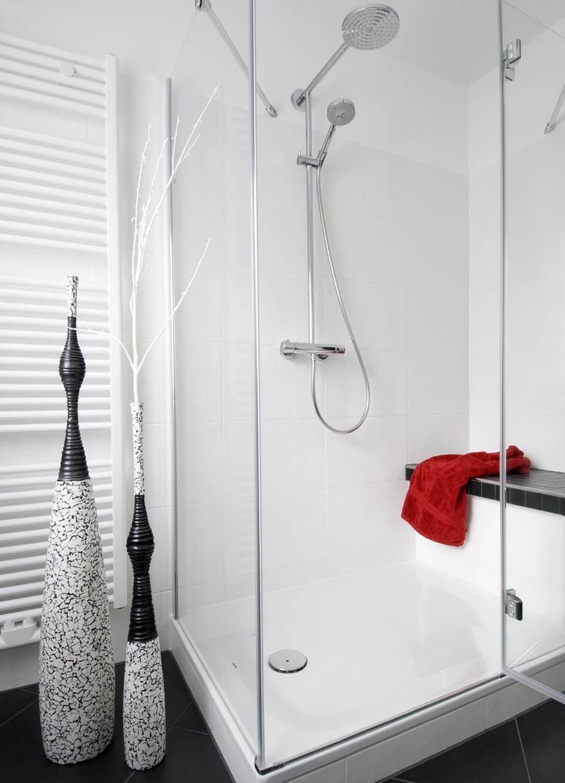 Die große Dusche mit gemauerter Sitzbank lädt zum geruhsamen Verweilen ein.