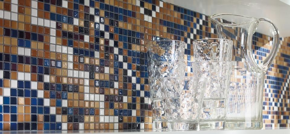 Die verschiedenen Glasurschichten auf den Mosaik-Fliesen von Jasba schaffen eine vollendete farbliche Abstufung und eine einzigartige Leuchtkraft, wie hier bei den Homing Mosaik-Fliesen.