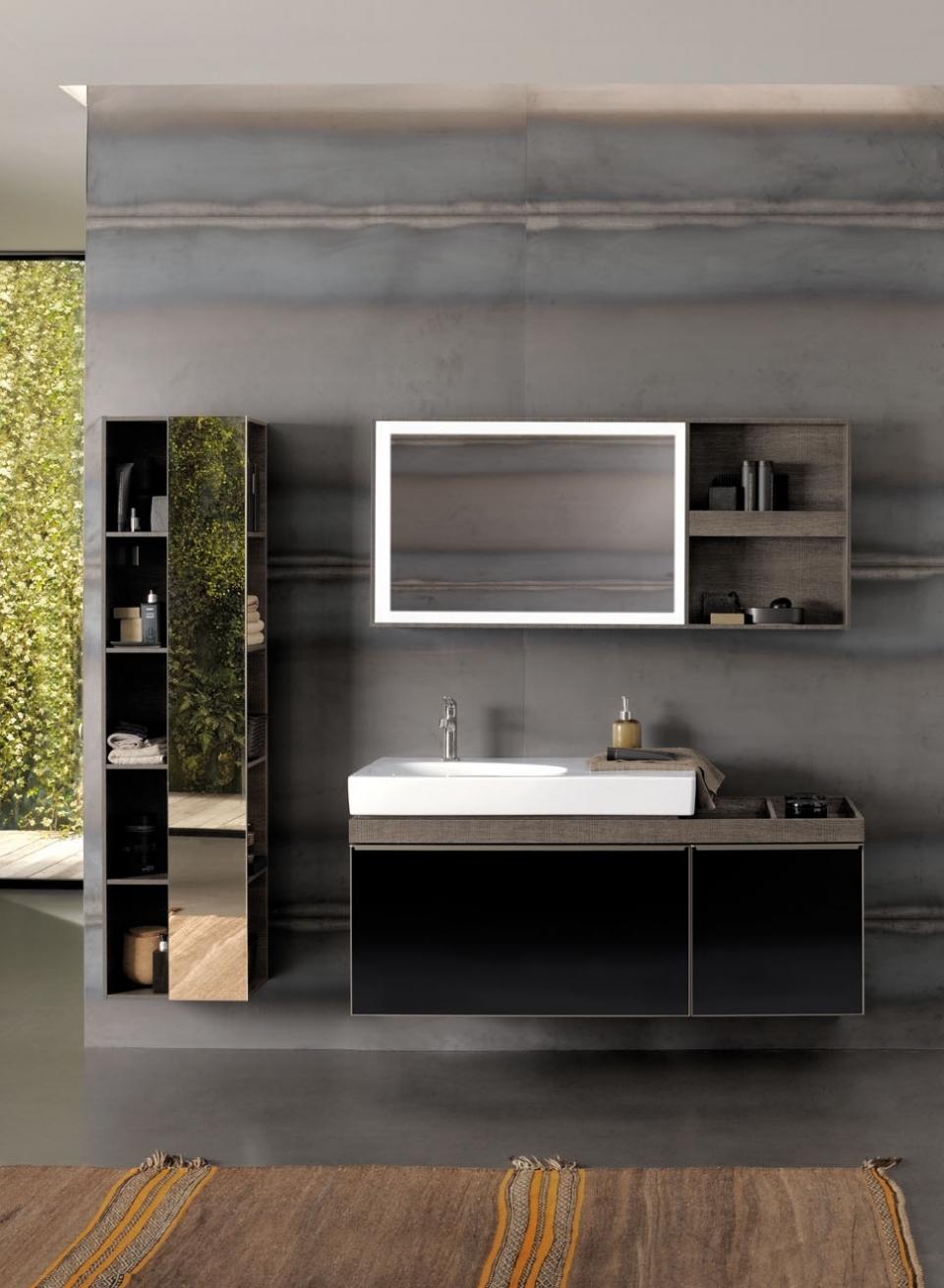 Neben dem Standard-Hochschrank mit Glasfront auch ein Regal mit reduzierter Tiefe, Spiegel auf der Frontseite und offenen Fächern vorne und seitlich zur Auswahl. Der Spiegel ist drehbar.
