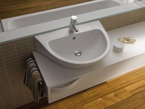 Eine betont organische Formensprache und die harmonisch-weiche Linienführung zeichnet die Waschbecken der Serie Flow von Keramag aus.