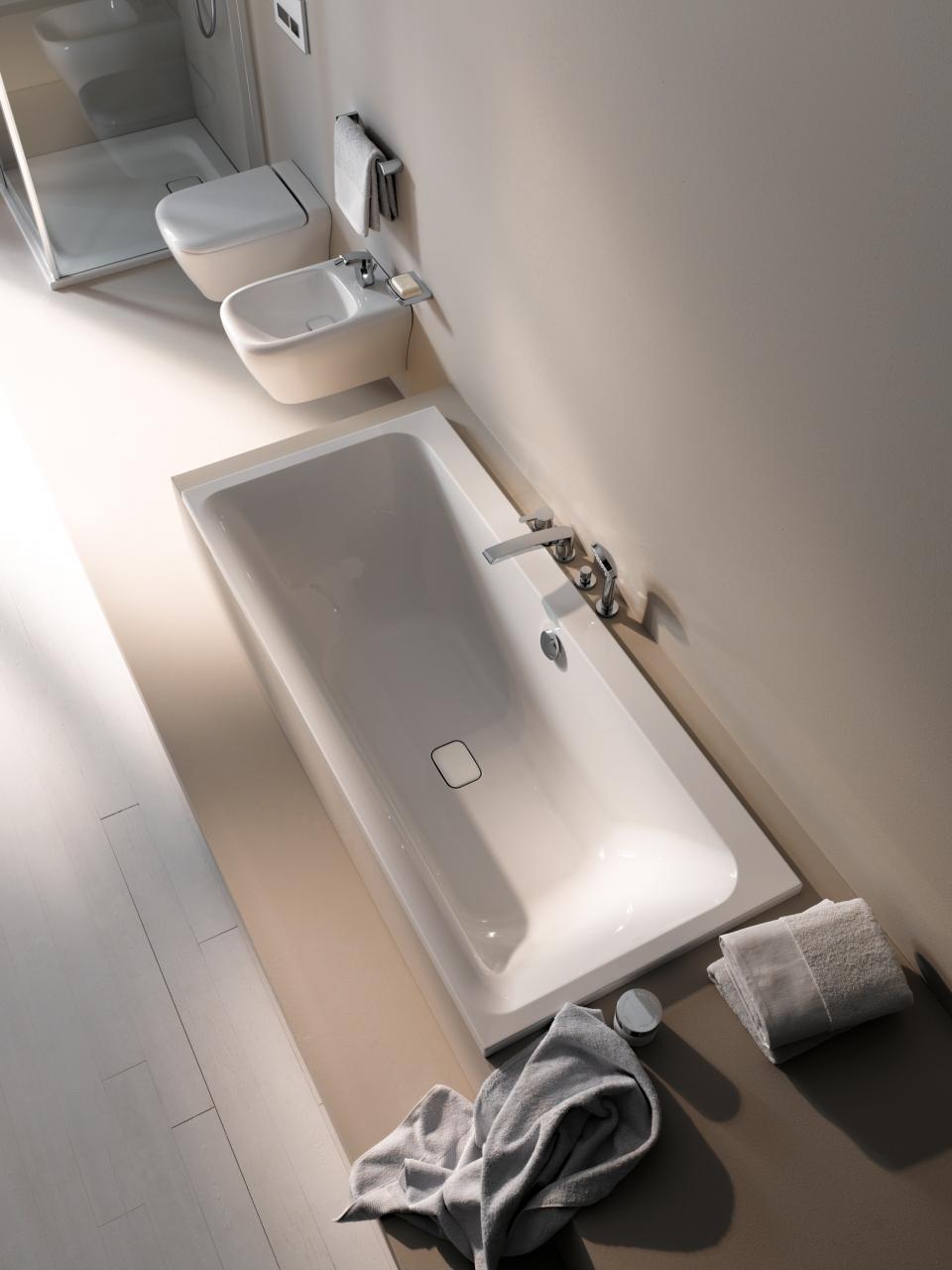 Eine Ablaufkappe mit Chromrand rundet das Bild in Badewanne und Bidet elegant ab.