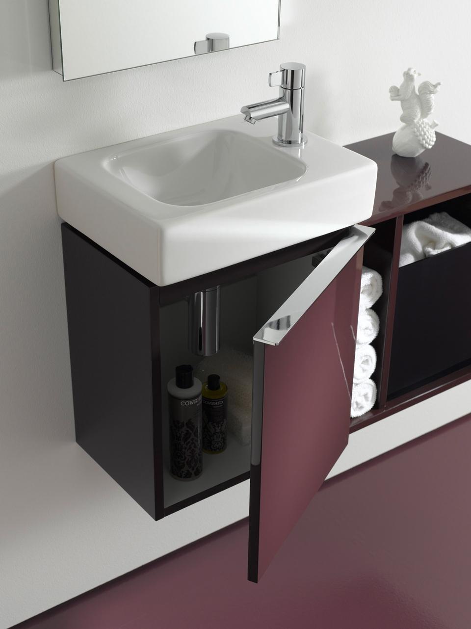iCon XS von Keramag bietet große Ideen für kleinste Räume: Am Waschplatz etwa hält das anschließende Seitenelement frische Gästetücher parat – und verbirgt die benutzten in einer schwarzen Plexiglas-Box.