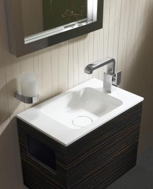 Beim Gäste-Wachplatz Edition 300 von Keuco ermöglicht die seitlich angeordnete Waschtischarmatur eine sehr geringe Einbautiefe. Eine besonders platzsparende Lösung für kleine Gäste-Bäder.