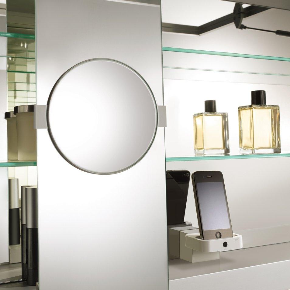 Mit Perfektion bis ins Detail glänzt der Spiegelschrank der EDITION 11 von KEUCO (auch Bild ganz oben links): Bei geringer Tiefe bietet er neben variabler Beleuchtung, Steckdose und Vergrößerungsspiegel sogar eine Ladestation für das iPhone!
