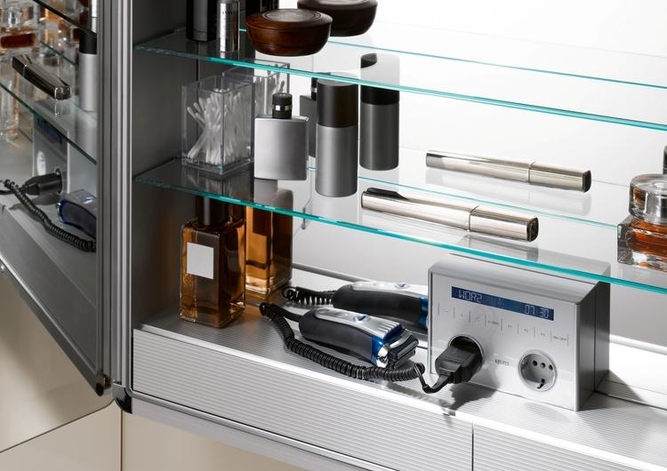 Aktuelle Spiegelschränke punkten nicht nur als übersichtlicher Stauraum mit integrierten Schubladen, sondern auch mit Radio.