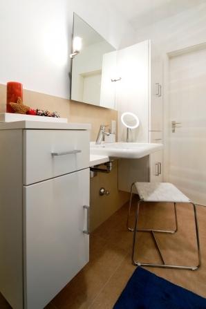 Waschtisch und Spiegel können auch im Sitzen gut genutzt werden.