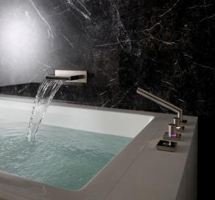 Mit MEM wird Ihre Badewanne zum luxuriösen Kleinod. Die besonders flach designte Auslassstelle harmoniert perfekt mit der Batterie auf dem Wannenrand.