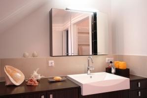Maßgefertigte Bademöbel nutzen vorhandene Flächen optimal aus.