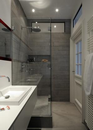 Alte Kassettentür harmoniert sehr gut mit dem modernen Bad.