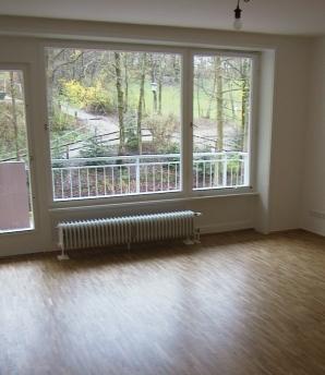 Im Wohnzimmer wurden Wände und Decken überarbeitet und wie in der ganzen Wohnung ein neuer Parkettboden verlegt.