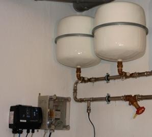 Übersichtliche Anordnung der einzelnen Komponenten. Der Füllstand der Zisternen wird angezeigt, damit der Regenwasserverbrauch überprüft werden kann. Bei zuwenig Regenwasser wird mit Trinkwasser eine minimale Befüllung nachgespeist.