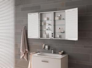 Auch in geöffnetem Zustand kann man sich gut spiegeln. Der Schrank enthüllt seine praktischen innenliegenden Steckdosen.