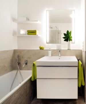 Die hochwertigen Armaturen von Tres verleihen sowohl dem Waschplatz als auch der Wanne eine zeitlose Eleganz.