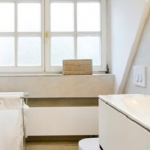 Wohlfühlbad unter der Dachgaube mit großzügiger Dusche