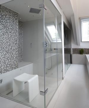 Die in angenehmen Brauntönen gehaltenen Mosaik-Flächen setzen optische Akzente und erzeugen eine angenehm leichte Atmosphäre.