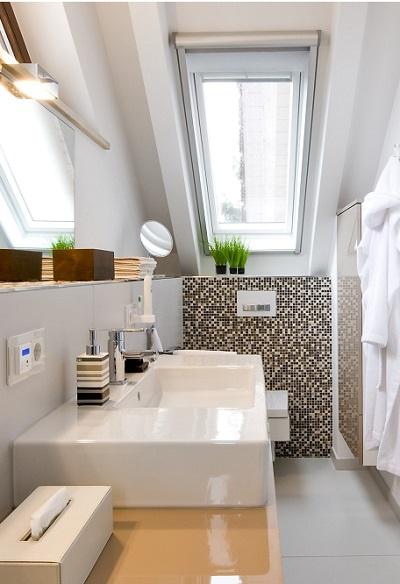 Das eckige WC passt ideal zu dem kantigen Bad und tritt hinter dem Waschtisch dezent in den Hintergrund.