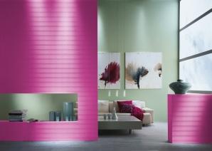 Hier wurde Pink als Akzentfarbe verwendet. Da das helle Grün im Hintergrund nicht die Leuchtkraft des Pinks besitzt, harmonieren diese Farben.
