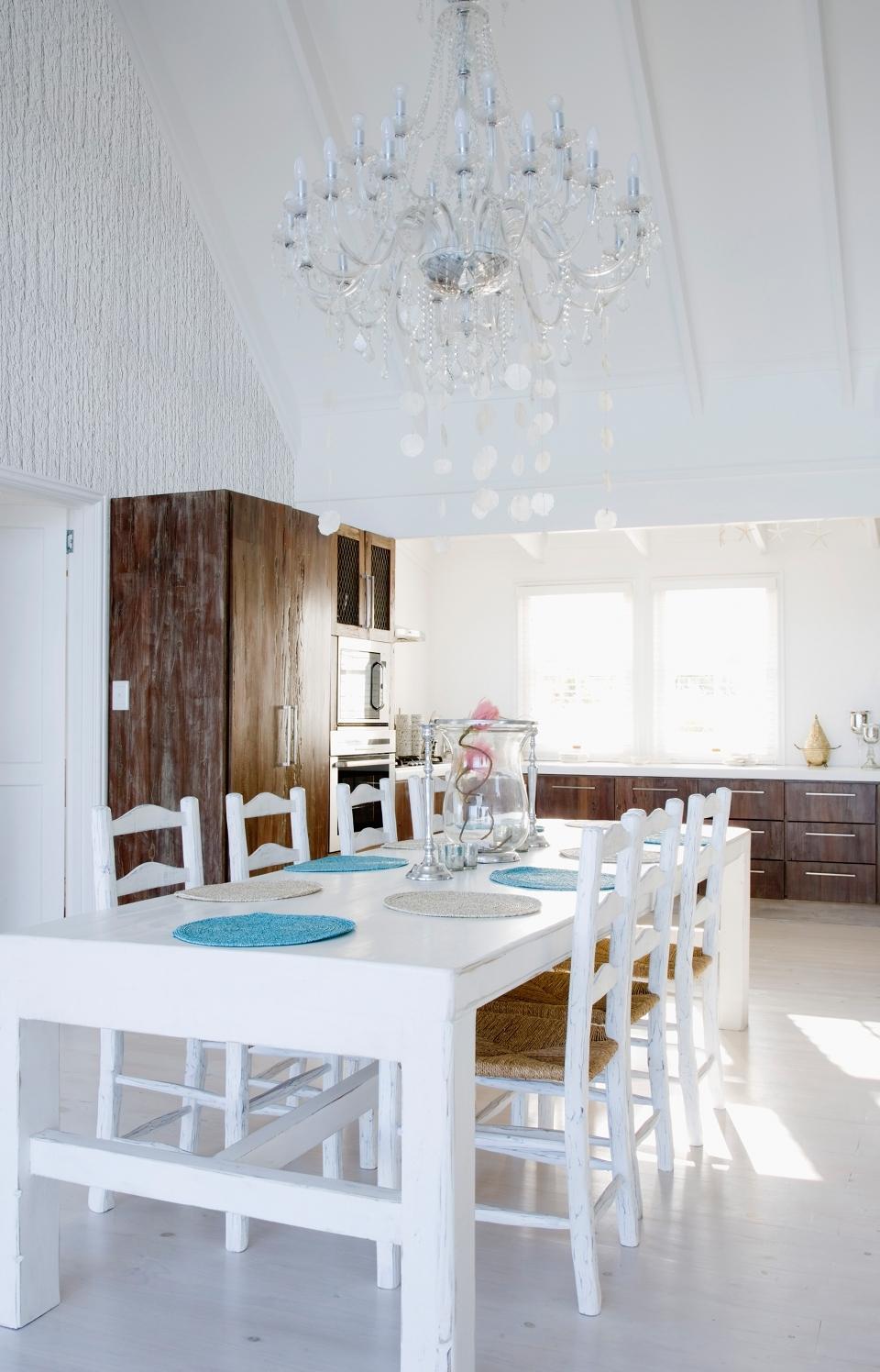 Hier unterstreichen strukturierte Wände und helle Farben von Sto den luftigen Landhausstil.