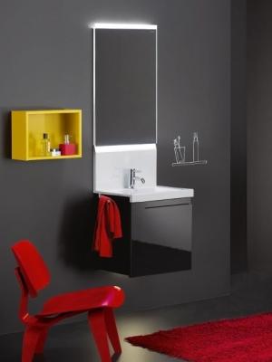 Aus einem Guss lautet der Grundgedanke bei der Neuvorstellung conceptwall von burgbad. Der Waschtisch geht direkt in die Wand über und macht zusätzliche Fliesen somit überflüssig. Direkt integriert ist auch der beleuchtete Spiegel. Ein weiteres Detail: Eine aufwendig ausgefräste Mulde ersetzt den Griff am Unterschrank.