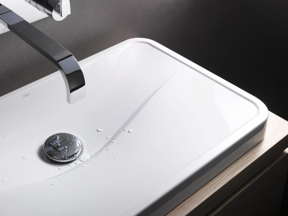 Die Waschtisch-Serie Tangens von Alape mit einer klar definierten Welle in der Beckenmulde ist als Einbau-Variante sowie als Aufsatz-Wachbecken erhältlich.