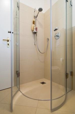 Mit dem Duschwischer und dem Abperlschutz ist diese Duschabtrennung leicht sauber zu halten.