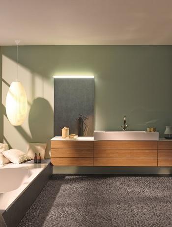 Mit dem Aufsatzspiegel wird im strukturierten Waschbereich ein Akzent gesetzt.