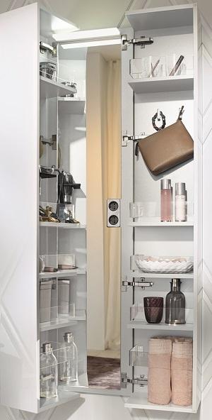Der Koffertürenschrank entpuppt sich als ungeahntes Platztalent: Fächer, Haken, Halterungen und ein Ganzkörperspiegel versteckt er gekonnt in seinem Innern.