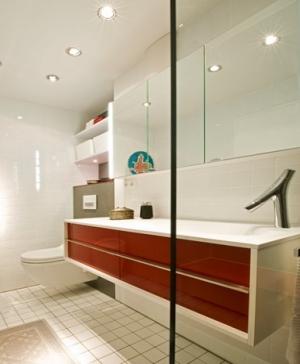 Blick aus der Dusche: Das neue Bad vereint Komfort, Ästhetik und einfachste Handhabung.