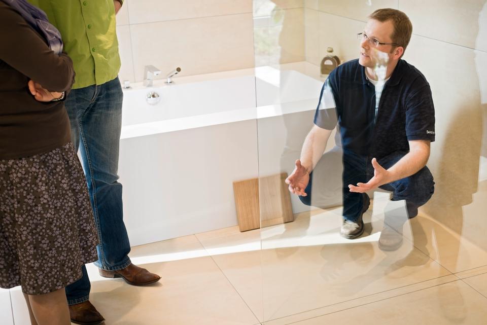 Badexperte erklärt einem Ehepaar etwas